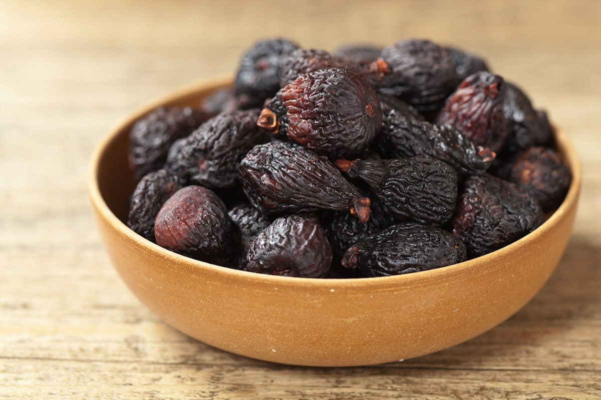 dried figs in bowl